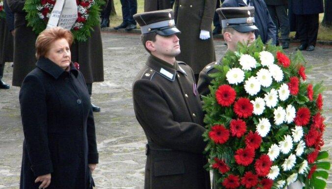 ВИДЕО: Первые лица государства возложили цветы на Братском кладбище