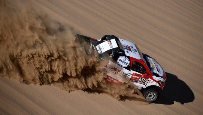 Alonso piedzīvo pirmo neveiksmi Dakaras rallijreidā; pēc otrā posma jauns līderis