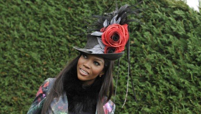Foto: Britu lēdijas sacenšas ar ērmīgām cepurēm