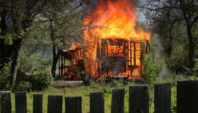 Aizdomās par vairāku ugunsgrēku izraisīšanu Valkā aizturēts vīrietis