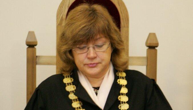 Saeima no amata atbrīvo ilggadējo tiesnesi Silinieci