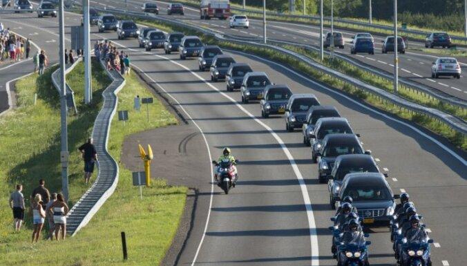 ФОТО. Марш молчания: Нидерланды впервые за 52 года погрузились в траур