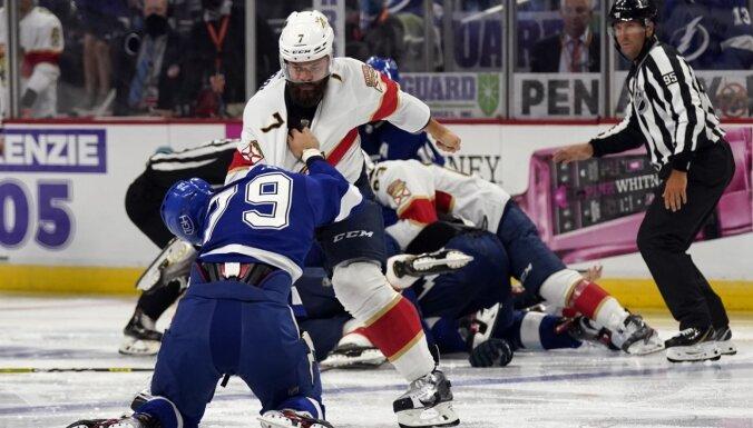 Video: Kautiņi un 96 soda minūtes NHL pārbaudes spēlē