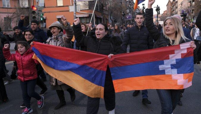 Erevānā protestētāji ielaužas valdības ēkā