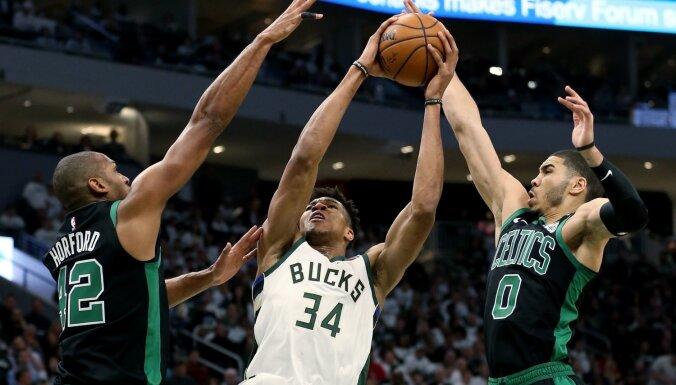 'Celtics' savalda Adetokunbo, 'Warriors' sīvā cīņā pārspēj 'Rockets'