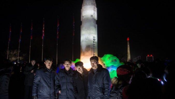 Foto: Ziemeļkoreja ledus skulptūru festivālā dižojas ar ledus ballistisko raķeti