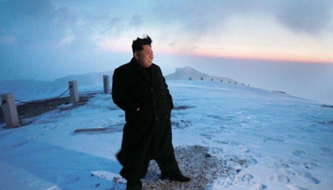 Foto: Ziemeļkorejas līderis uzkāpj valsts augstākajā virsotnē