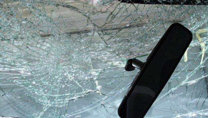 Под Салдусом разбилась BMW: один человек погиб, пятеро пострадали
