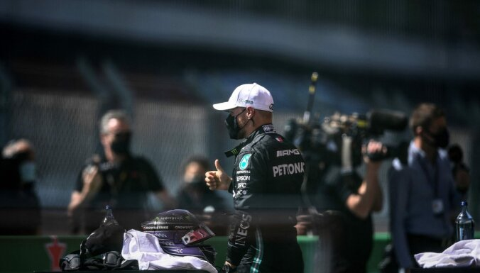 Botass liedz Hamiltonam izcīnīt simto 'pole-position' karjerā