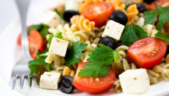 Салат Средиземноморский с макаронами и брынзой