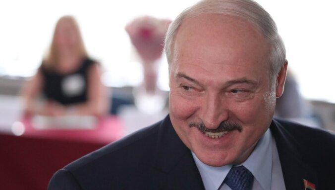 Lukašenko tencina Krievijas žurnālistus par labu darbu