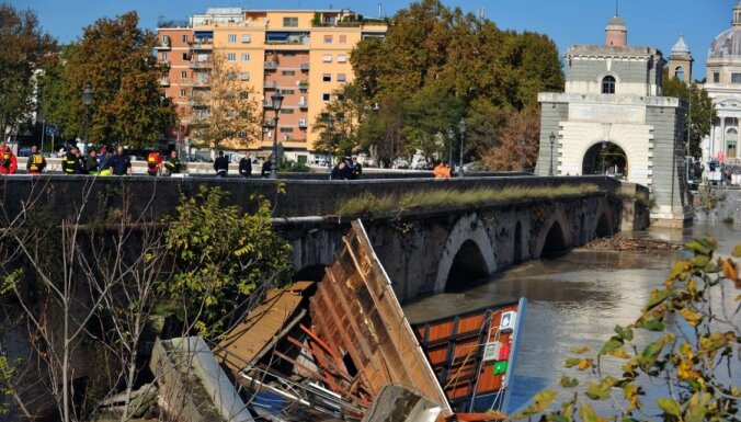 В Риме затоплены окрестности и закрыт старинный мост