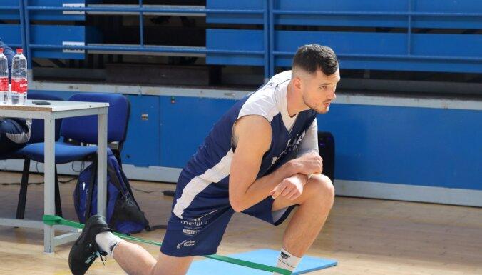 Video: Draudzene kā svaru stienis – Latvijas basketbolists 'Covid-19' laikā radoši trenējas
