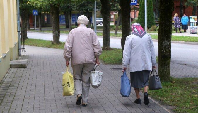 Vakcinētiem senioriem nepilnu pusgadu ik mēnesi izmaksās 20 eiro, vienojas koalīcija