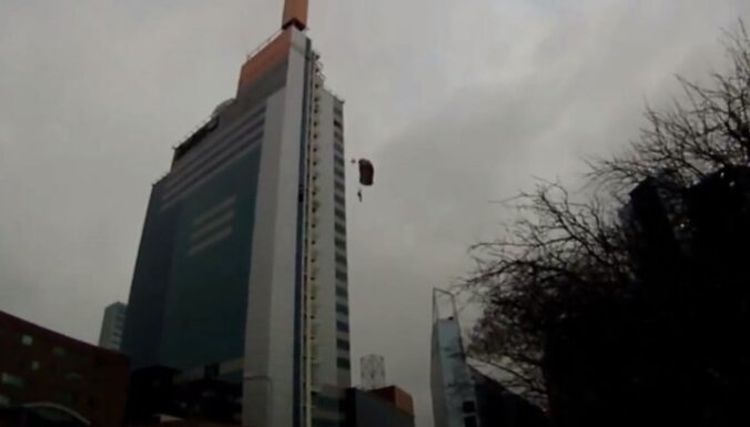 Video: arī Tallinā no viesnīcas nolec izpletņlēcējs