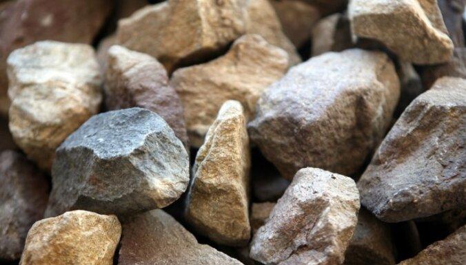 Ceļa posmā Garkalne-Mālpils izbirusi grants un akmeņi