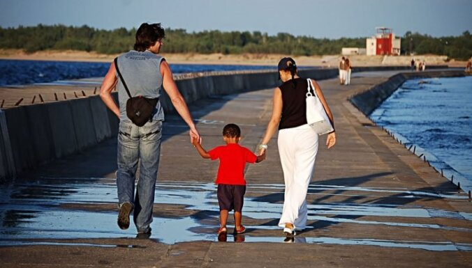 Демограф: надо убеждать семьи родить второго ребенка
