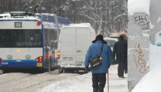 Avārija uz stundu Rīgā bloķē satiksmi Dārzciema ielā
