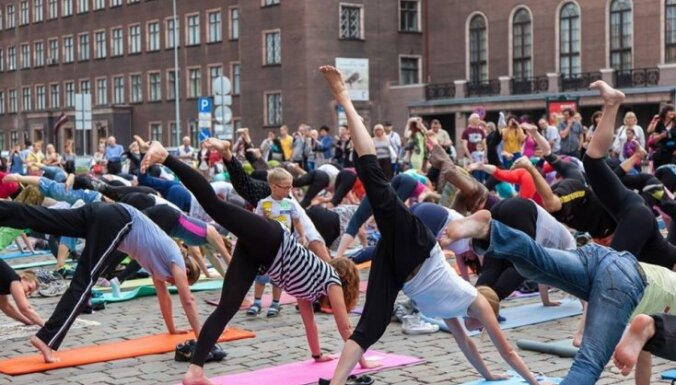 ФОТО: Как рижские любители йоги встречали самый длинный день в году