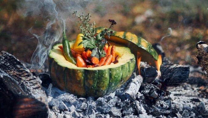 Pildīts ķirbis ugunskura oglēs