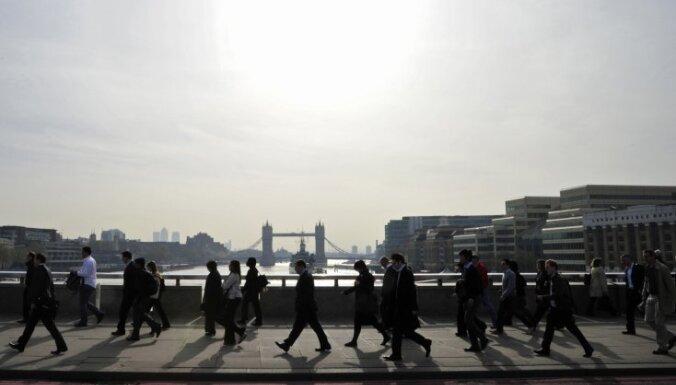 'Fitch' pasliktina Lielbritānijas kredītreitinga prognozi