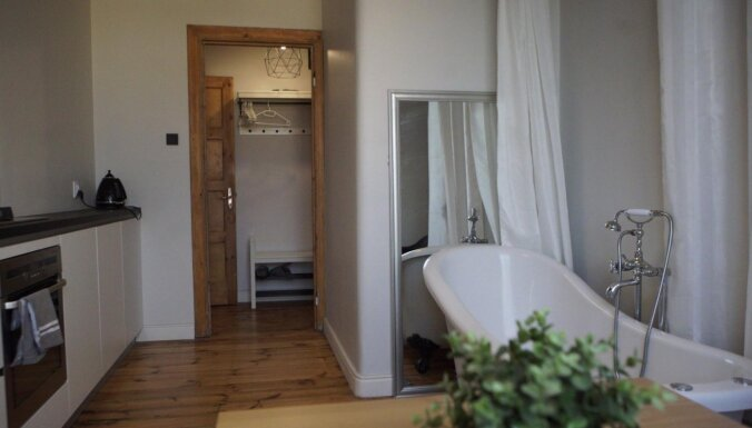 Ar vannu virtuvē: neparasti iekārtots dzīvoklis Rīgā