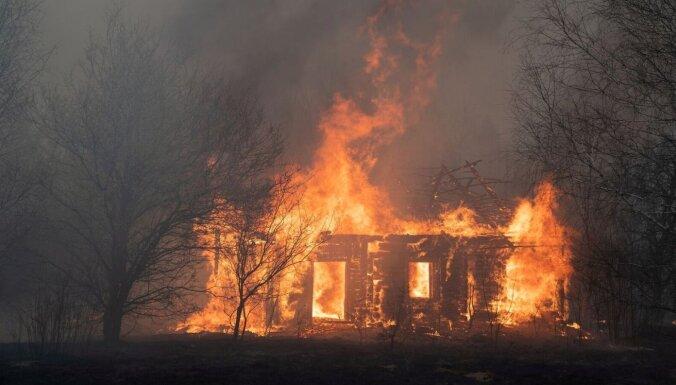 Пожар повышенной опасности в Олайнском крае: загорелись два соседних дома