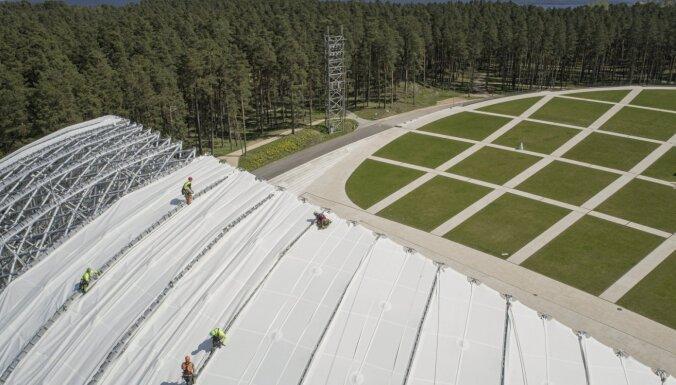 Foto: Mežaparka Lielās estrādes kupolā ieklāj membrānas jumta segumu