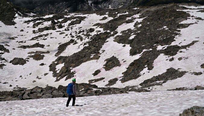 ФОТО: Снег в Италии окрасился в розовый цвет, ученые предупреждают о глобальной опасности