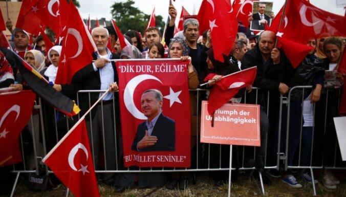 Turcija izstāsies no bēgļu vienošanās, ja ES nenodrošinās bezvīzu režīmu, draud ministrs