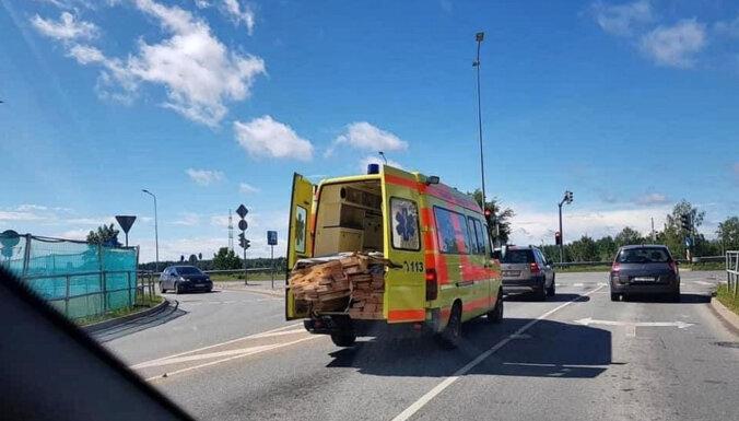 Фотография машины скорой помощи с грузом досок вызвала недоумение в соцсетях
