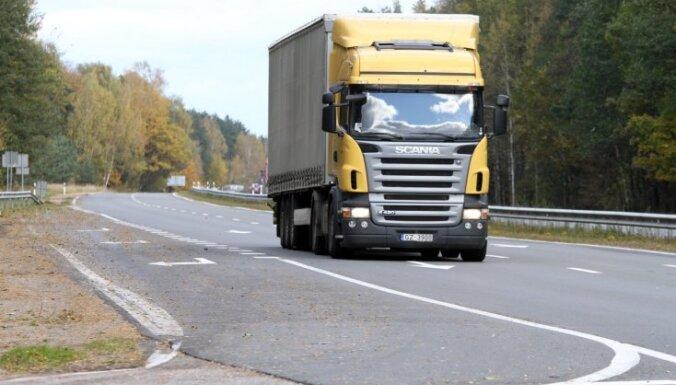 Sestdien joprojām ir slēgti vairāki vietējās nozīmes autoceļi Vidzemē un Latgalē