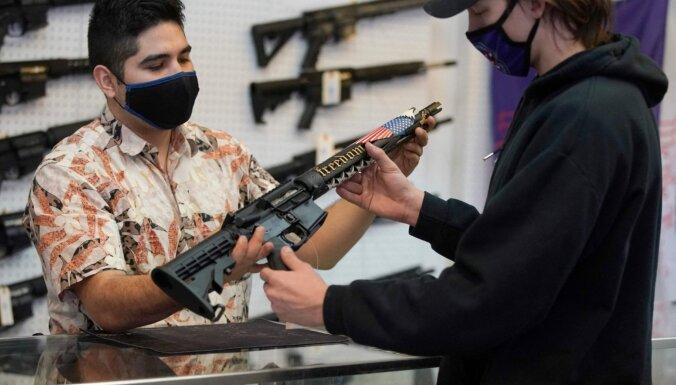 ASV federālais tiesnesis atceļ Kalifornijas štata uzbrukuma ieroču aizliegumu