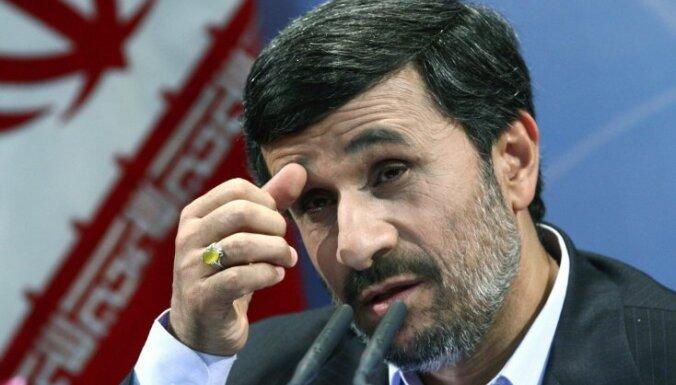 Уволенный рабочий бросил в президента Ирана ботинки