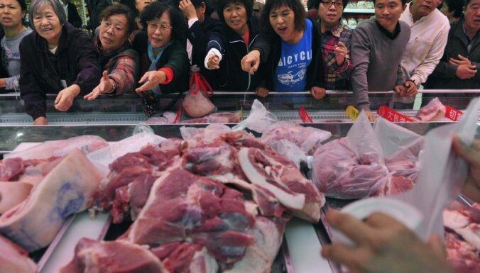 Ķīnas skolā kā stipendiju piešķir cūkgaļu