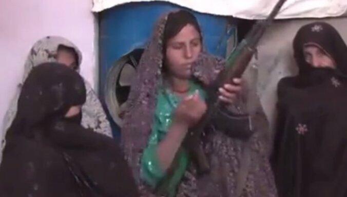 Sāpināta afgāņu māte pašrocīgi nogalinājusi 10 'Taliban' kaujiniekus