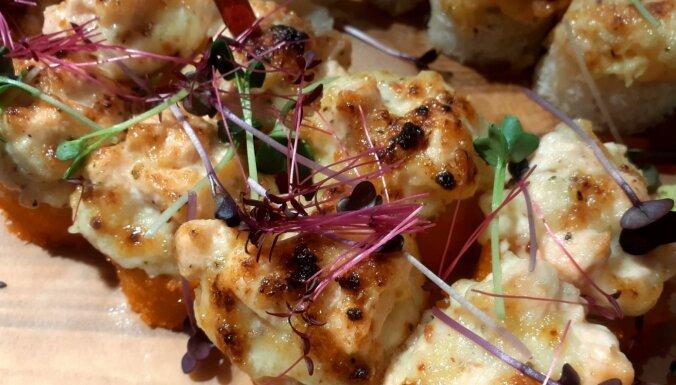 Karstie suši ar siera 'cepurīti' – kā tos pagatavot cepeškrāsnī