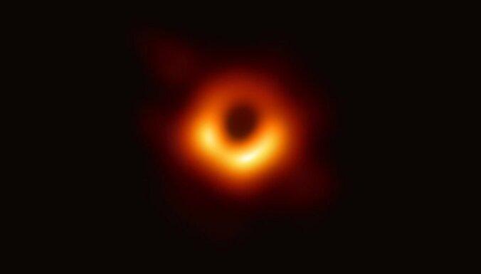 """""""Абсолютный монстр"""": ученым впервые удалось сфотографировать черную дыру"""