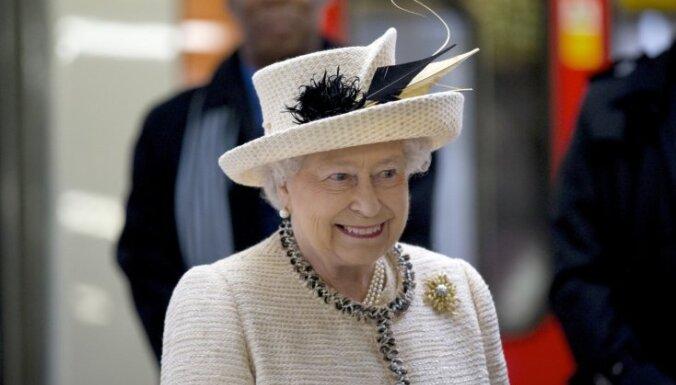 Елизавета II: отречение от престола не в британских традициях