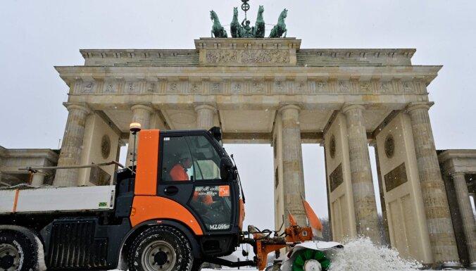 Vācijā un Nīderlandē sniegs otro dienu paralizē satiksmi