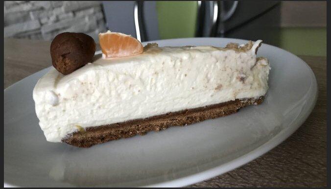 Baltās šokolādes siera kūka ar piparkūku mīklas pamatni