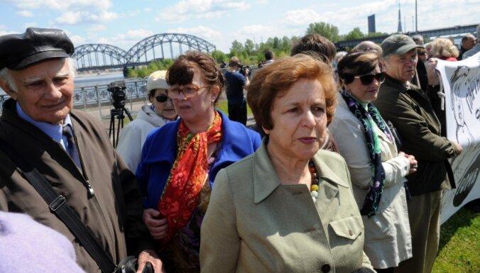 Foto: Ap 100 cilvēku pulcējas Ždanokas iniciētā piketā pret Porošenko