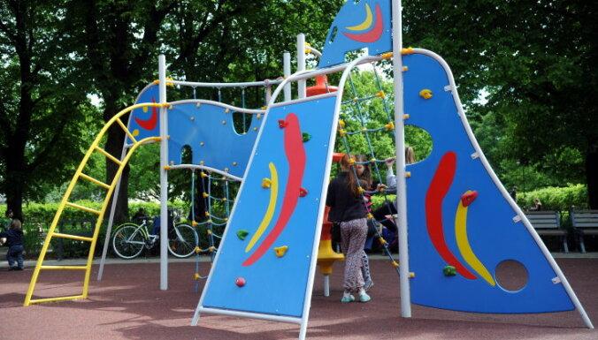 Cik droši ir publiski pieejamie bērnu rotaļu laukumi Rīgā
