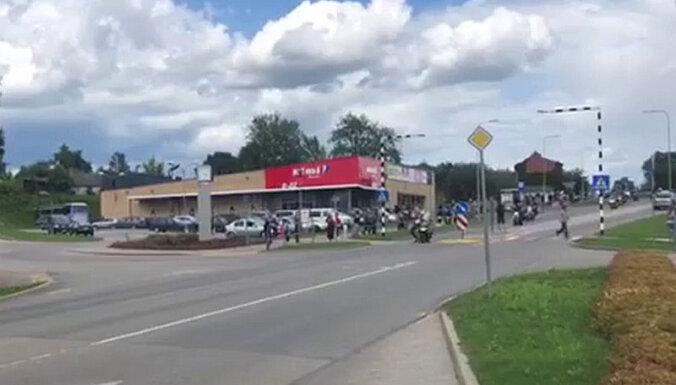 Video: Jēkabpilī moto festivāla laikā motociklists notriecis gājēju