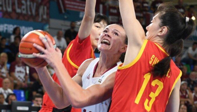 Video: Latvijas dāmu apņēmība neļauj tikt pie uzvaras pār augumā raženajām ķīnietēm