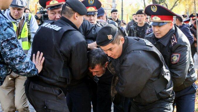 Полиция в Казахстане задержала десятки участников митингов