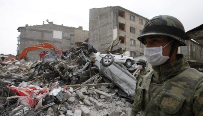 Divus mēnešus pēc zemestrīces pārskaita Turcijai Latvijas valdības piešķirto palīdzību