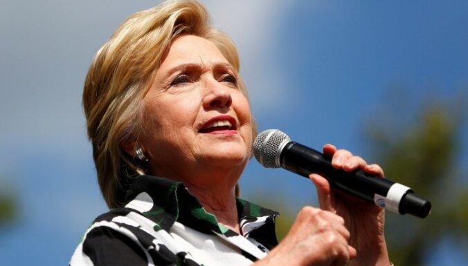 Klintone izsauc dusmas, nosaucot Trampa vēlētājus par nožēlojamiem