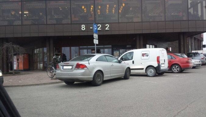 Foto: Savdabīgs duelis Siguldā - kurš vadītājs izrādīsies lielāks 'invalīds'