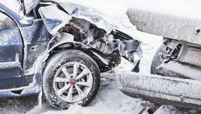 На дороге столкнулись фургон и легковушка: пострадала 37-летняя женщина